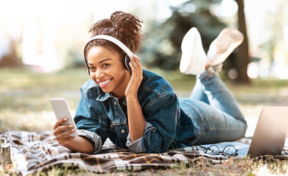 Glad jente bruker internett, bilde.